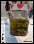 Bote con el aceite, el ajito y las hierbas