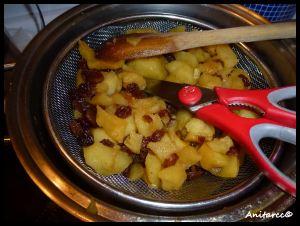 Cortamos la manzana en daditos mientras escurre