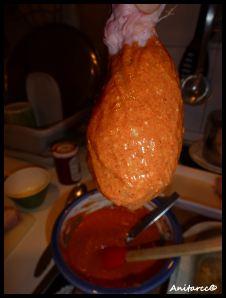 Embadurnando el pollo
