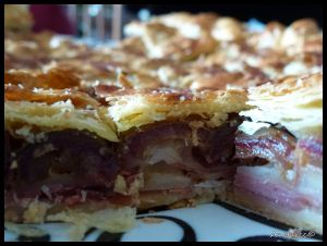 Hojaldre de jamón serrano, queso y dátiles