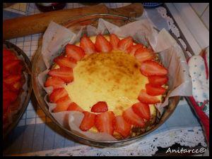Cubrimos la tarta con láminas de fresas