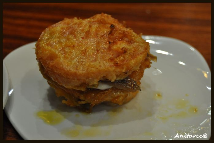 Pintxo de tomate empanado, queso y anchoa