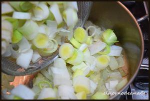 Incorporamos el puerro a la cazuela con la cebollita