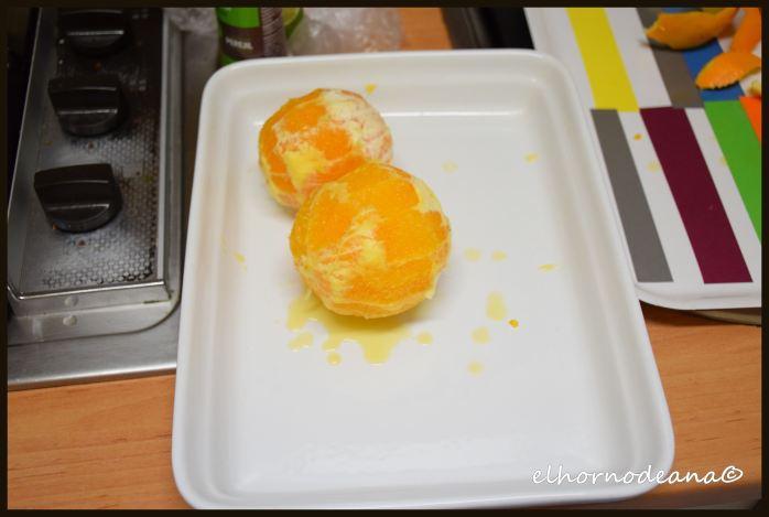Pelamos las naranjas y las cortamos en rodajas muy finas