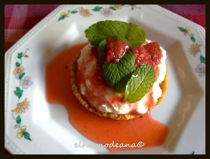 Tartitas de queso fresco con compota de fresas y hierbabuena