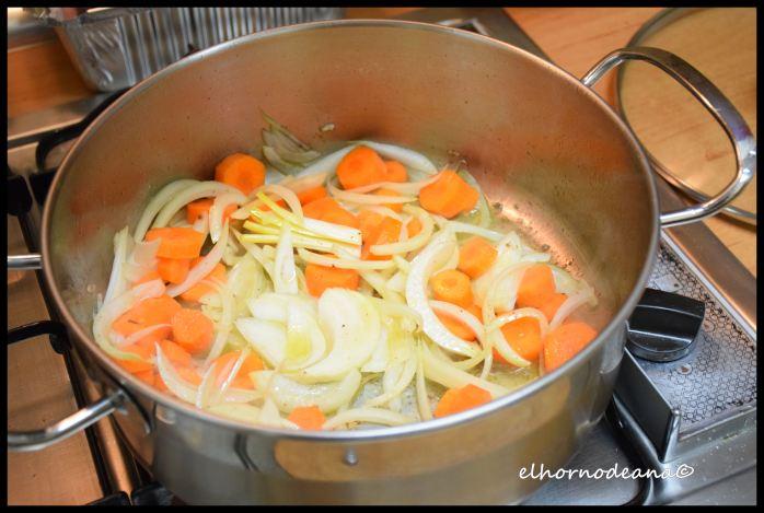 Pochamos la cebolla y la zanahoria