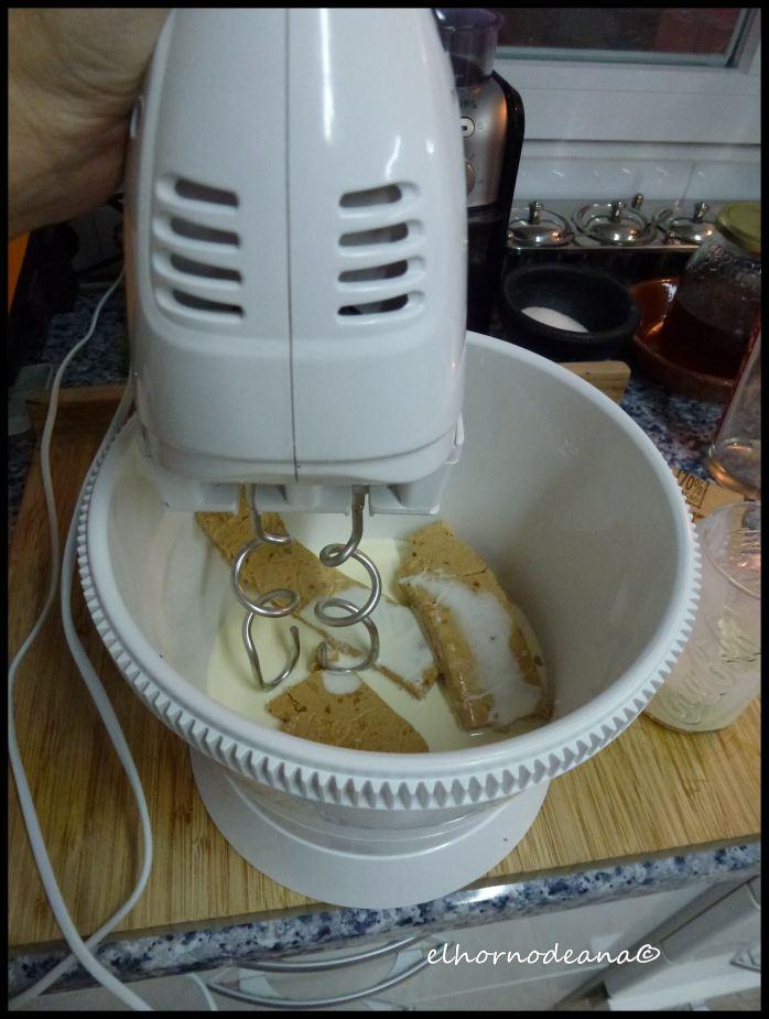 Mezclamos el turrón con la nata